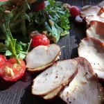 ピッツェリア・バルケッタ - ハーブ鶏の自家燻製 くるみのサラダ添え
