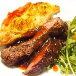 71223177 - メイン2種盛り 1500円 の本日の牛肉のグリル、鶏胸肉の香草パン粉石窯ロースト盛り合わせ
