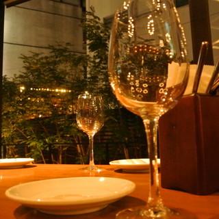 自慢の料理と厳選ワインを囲んで過ごす二人だけの素敵なひととき