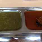 カフェと印度家庭料理 レカ - 左、豆カレー。右、魚カレー。