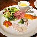 グラッツェ ミッレ - 前菜(サーモンのカルパッチョ、イカとブロッコリーのサラダ、鶏のツナソースペペロナータ他)