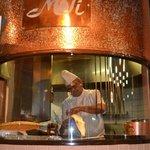 インドレストラン モティ - タンドールの窯と真剣な表情でナンを焼きあげるシェフ