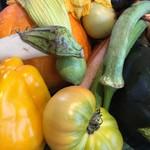 五條 源兵衛 - 本日供される予定の野菜たちがどっさり盛られていて目にも楽しいです。