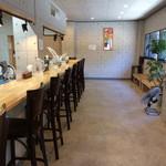 くろ松 - 『くろ松』店舗内観1。店内はカウンター席のみである。