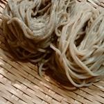 小松庵 - 左が赤紫蘇を練り込んだ変わり蕎麦、右は二八
