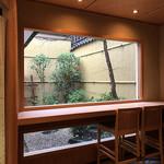 祇園 岩元 - 店内から臨む箱庭
