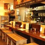 本家博多担々麺 担々と - 深夜5時まで営業しているので、仕事で遅くなっても気軽に立ち寄れます。