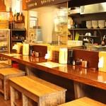 本家博多担々麺 担々と - カウンター席。深夜5時まで営業しているので、仕事で遅くなっても気軽に立ち寄れます。