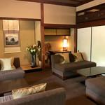 蘇山荘 - 和室にソファ席が並んでいます