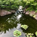 蘇山荘 - 黒門口の橋の上から龍仙湖を臨む