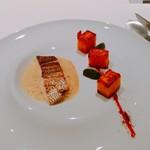 71272048 - 鯛のポワレ 鯛骨のソース サフランとレモンの焼きリゾット ブロッコリーとアボガドの緑タブナードサラダ パプリカ風味のマヨネーズと唐辛子