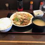双葉亭 - 肉野菜炒め定食650円也。残念ながら写真ピンぼけ。