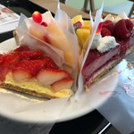 71275702 - 夏苺のタルトと桃とチーズの贅沢タルト、常夏タルト、赤いフランボワーズのタルト