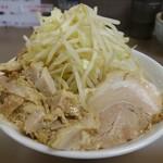 ブタヤマニンニクン - 料理写真:中ラーメン (野菜増し、刻みチャーシュー)
