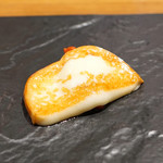 AU GAMIN DE TOKIO - 焼きスカモルツァ チーズ トマトソース添え