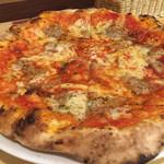 ピッツェリア バール ナポリ - 料理写真:トンナータ(ツナとアンチョビのピッツァ)500円。めちゃめちゃ安い。焼きたてで、記事もうすめで、モチっとして超美味しい。サイズが大きい!25cm‼︎