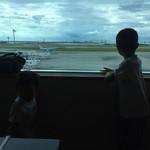 71286100 - 子供たちは飛行機見ながら
