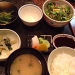 串匠 - ◆オーダーするとこのセットがすぐに出されます。 「サラダ」「小鉢2種」「ご飯」「お味噌汁」「香の物」「ソース」など。