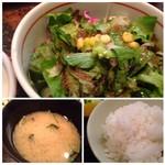 串匠 - ◆サラダは数種類のお野菜が入り、量もタップリ。 ◆お味噌汁とご飯。