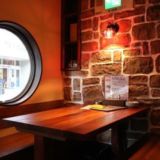 沖縄にある居酒屋をイメージした店内で乾杯!