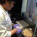 ワンタン麺屋 富士虎 - スタッフが毎日丁寧に包んでいます。