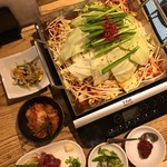 肉山の一階 - 赤身辛辛鍋&ナムル&キムチ&馬刺し&青唐辛子&辛味噌