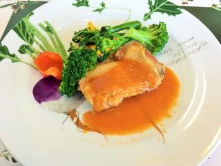 ヴィラデスト ガーデンファーム アンド ワイナリー - 信州福味鶏のロースト、ビネガー風味のトマトソース