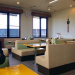 71304750 - 店内風景(テーブル席)。カウンター席もある。