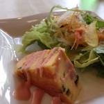 ピッツェリア ナオ - ◆前菜は、ハムなどが入ったキッシュと野菜サラダ。 キッシュは具材も多くいい味わいですし、野菜サラダも新鮮。