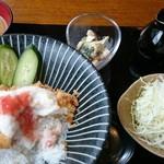 かつバル 不動くん - キャベツの千切りは、鉄板。だけど、小皿では食べにくい?マヨネーズ和え風のサラダは、相性いいですねー。