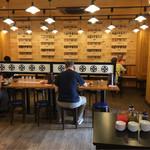 肉盛り中華そば 初代松山 - 真ん中にある対面カウンター。 その奥には二人掛けテーブルがあります。