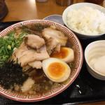 肉盛り中華そば 初代松山 - 特製中華そばに濃厚味付玉子、ライス食べ放題のご飯と生卵