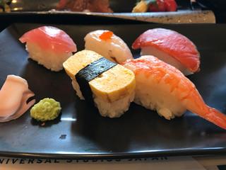 彩道 - 牛ステーキと握り寿司御膳 サビ抜きで提供されますから子供さんも安心