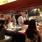 バル恵比寿 - 店内は女性客やカップルが多い