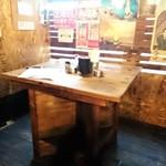 立喰酒場 金獅子 - 店内 奥のテーブル席