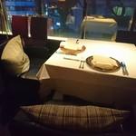 レスト ケイ ヤマウチ - 窓際のゆったり素敵なテーブル席へ