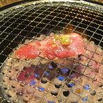 焼肉明成館 - カルビを焼いています
