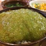 ひょうごイナカフェ - 玄米ご飯にかけ、たまごかけ用の醤油を掛けます(2017.8.11)