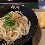 はなまるうどん - 「かけ」小&「とり天」。 天ぷらは冷たく、硬いです。。 うどん&出汁は美味!