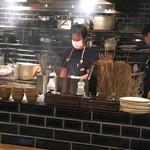 てつ鍋 カツを - カツをは、店内で藁焼きするのです(^_^)