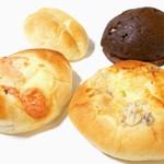 森屋 - 左上からクッキークリームバニラ・チョコチップメロンパン・明太ポテト・グラタンピザ