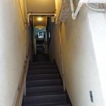 喫茶ポプラ - 階段で二階へ