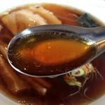 手打らーめん まるち - 醤油の色濃いスープに