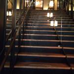 旬房 街道 青葉 - 入口を入り、2階に上ります。