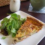 ポーズカフェ - 料理写真:サーモンのキッシュ