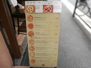 ピッツェリア ダ ティグレ - お店入口には、イラスト付きのピッツァメニューが