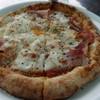 ポンチーズ・ピザ - 料理写真:はみ出し熟成ベーコンと、とろとろ卵のピザ