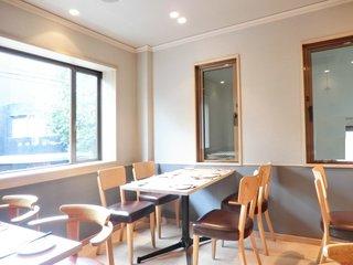 ヤナカ スギウラ - 店内のテーブル席の風景です