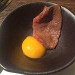 ヤキニク旭 - 170809コース12500円和牛トモサンカクのすきやき風箸で刺しても割れない玉子
