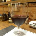 ゴッチーズビーフ - グラスワイン赤・450円